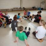 Kinder sitzen in der Runde