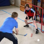 Kinder spielen Hockey