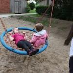 Kinder auf Schaukel